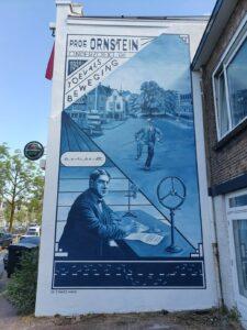 Muurschildering van professor Leonard Ornstein die onderzoek doet naar de toevalsbeweging